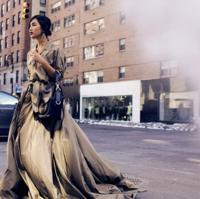 El vestido estrella de Ralph Lauren Collection sale a las calles de Nueva York de la mano de Gary Pepper. ¡Bravo!