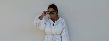 Paula Echevarría nos conquista con su look más veraniego: vestido blanco estilo ibicenco combinado con sandalias planas de Mango