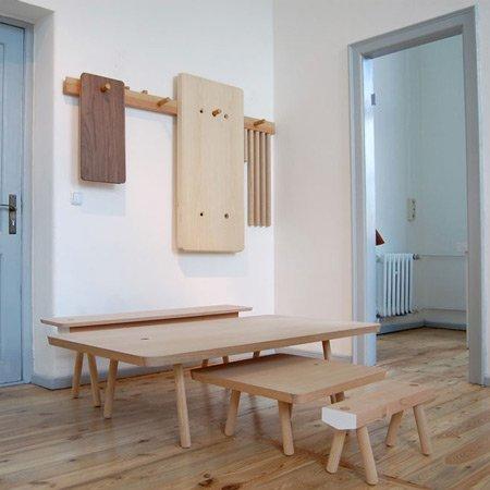 Mesas y taburetes desmontables para colgar en la pared I