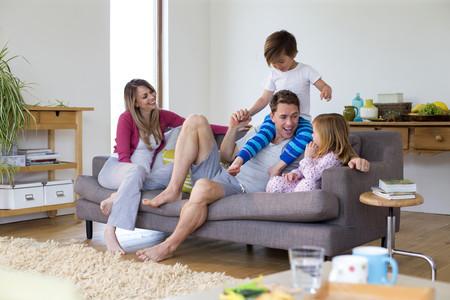 Familia Relajada En Casa