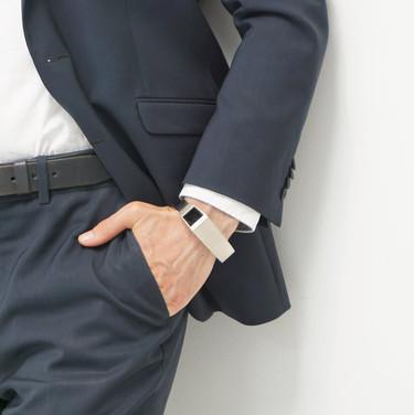 Diseñan una pulsera que transmite en tiempo real al futuro papá los movimientos de su bebé dentro del útero materno