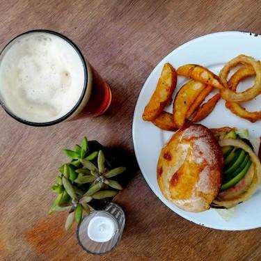 La cervecería artesanal Crisanta ha regresado y viene recargada de malta y comida urbana