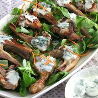 Chuletillas de cordero a la parrilla con salsa de yogur y menta: receta rápida con solo tres ingredientes