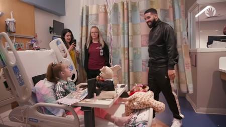 ¡Bravo Drake! El rapero visita por sorpresa en el hospital a una niña que espera un trasplante de corazón