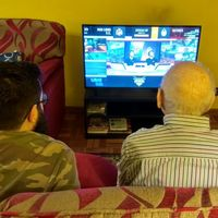 Así es como acabé pegado al sofá con mi abuelo de 93 años viendo una partida de LoL
