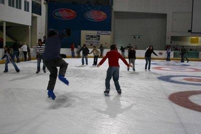 Panitaje sobre hielo para practicar deporte en invierno
