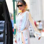 Victoria Beckham enamora con su vestido pastel y nos da una clase (magistral) de cómo combinar estas tonalidades