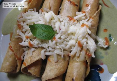 Receta de tacos dorados rellenos con lo que se tenga a mano, en salsa poblana.