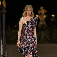 Clonados y pillados: el vestido floral del momento lo firma Mango ¿O era Isabel Marant?