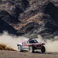 Stéphane Peterhansel le mete 7:18 a un Carlos Sainz que tuvo que abrir pista pero mantiene el liderato del Dakar
