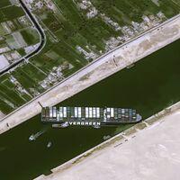 """Un barco """"atorado"""" pone al borde del colapso la comunicación entre Mar Rojo y Mediterráneo: así se ve desde el espacio el bloqueado Canal de Suez"""