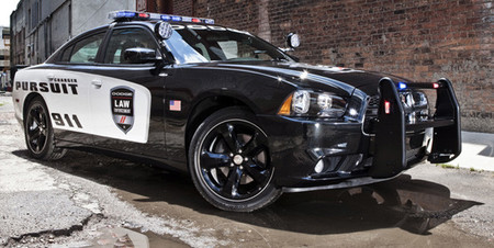 Un taller estadounidense se busca un lío haciendo carreras con coches de policía