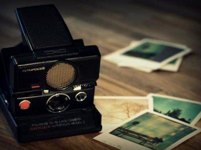 ¿Cómo quieren evitar algunas famosas que les roben las fotos del teléfono? Usando Polaroids