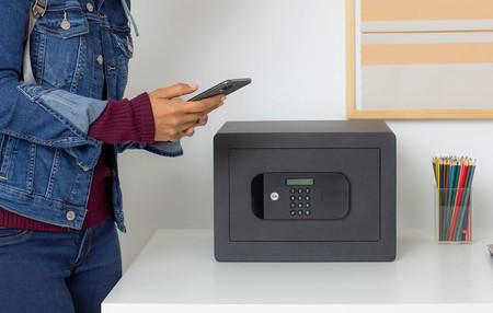 Esta caja fuerte de Yale también es inteligente: se conecta al móvil para poder controlar el acceso aunque no estemos cerca