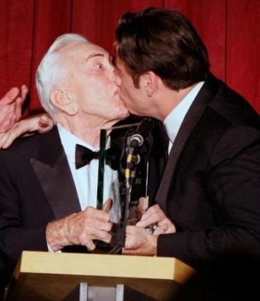 John Travolta le planta un besazo a Kirk Douglas