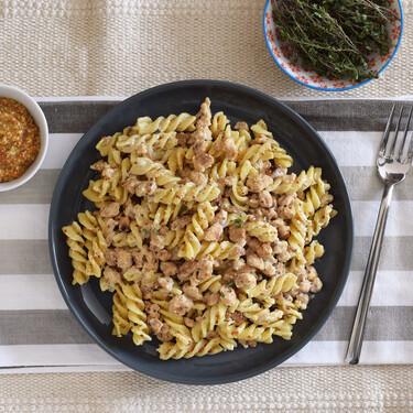 Pasta con salsa melosa de mostaza y soja texturizada: receta vegetariana fácil y rápida