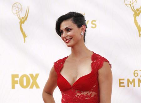 Morena Baccarin de rojo pasión en los premios Emmys 2015