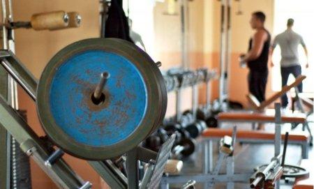 Empezar a muscular, ¿con máquinas o con peso libre?