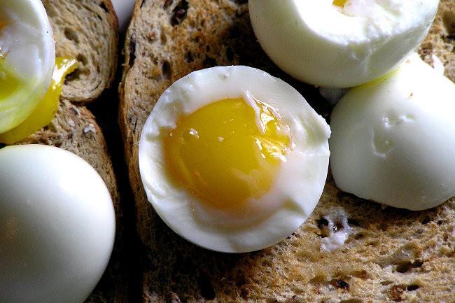 que porcentaje de proteina tiene la clara de huevo