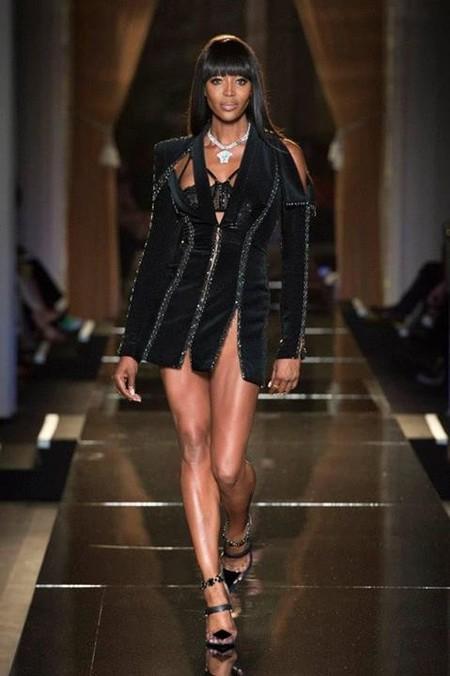Moños despeinados y una fantástica Naomi Campbell para el desfile de Alta Costura de Versace