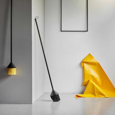 El diseño escandinavo alcanza incluso a los accesorios más simples y sencillos como las escobas, que ahora se pueden lucir en la pared