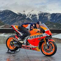 Honda sorprende a Pol Espargaró llevándole a casa su nueva moto, pero tendrá que esperar para poder probarla