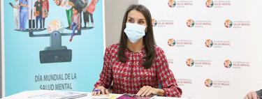 Doña Letizia apuesta por el look working girl relajado con mocasines de Uterqüe para visitar la sede de la Confederación de Salud Mental en Madrid