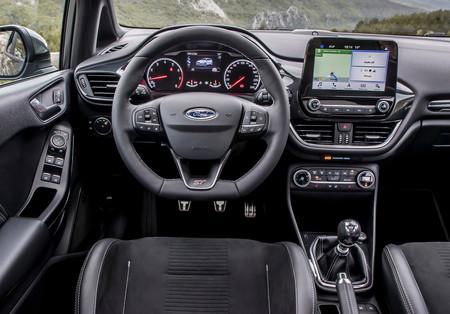 """El olor a coche nuevo no gusta en China, y Ford quiere ponerle remedio """"horneando"""" sus coches al sol"""