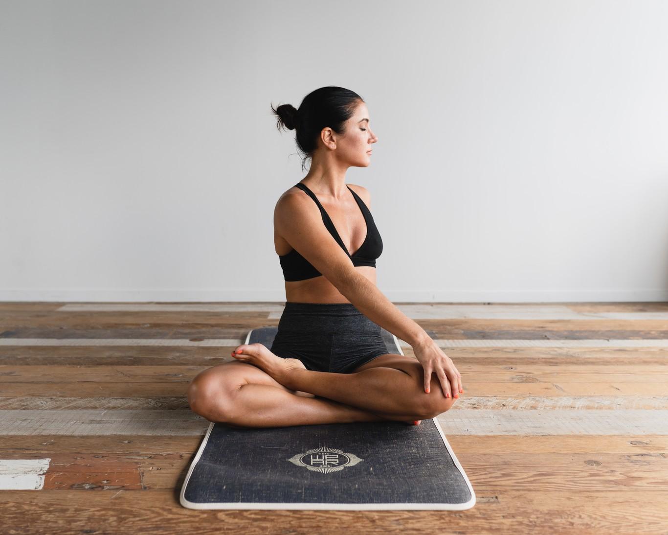 Nueve posturas de Yoga con las que iniciarte en esta práctica (y siete colchonetas con las que realizar tu...