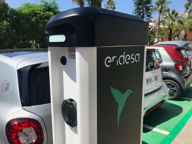 Así es la nueva red de carga eléctrica pública de Endesa en Ibiza: nos hemos subido a un smart EQ para probarla