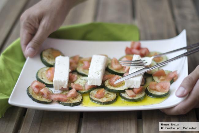 ensalada templada de calabacín, tomate y queso feta