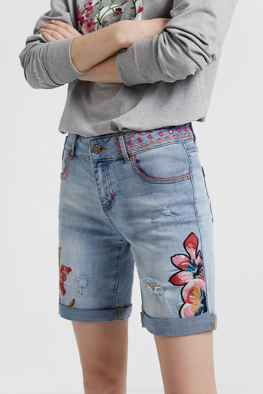 Pantalón vaquero short con bordados de flores