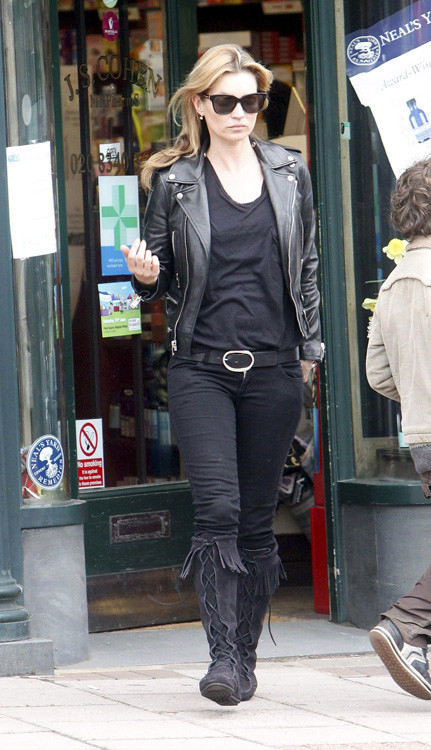 ¿Las cazadoras de cuero vuelven a salir del armario? Kate Moss no duda