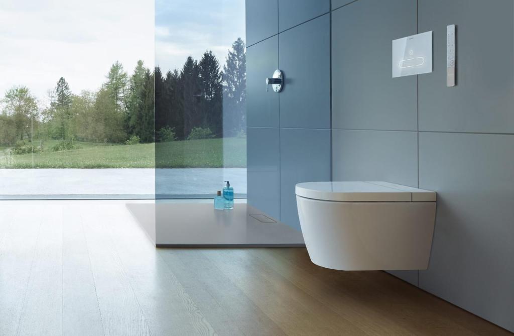 El control permanente y a distancia llega al baño con este conjunto de inodoro, grifo y espejo siempre conectados