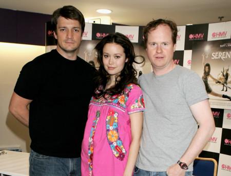 Joss Whedon junto a Nathan Fillion y Summer Glau en la presentacion de Serenity