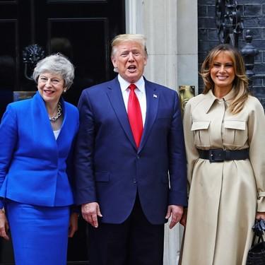 Melania Trump elige la opción más elegante para visitar a Theresa May: una gabardina de Céline