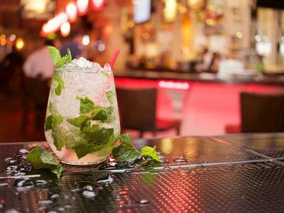 Pedir un cóctel en este bar es la clave para salvarte de la violencia machista