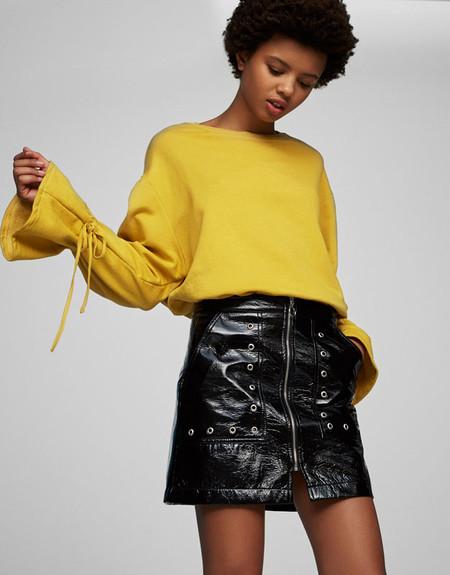 Minifalda acharolada de Pull&Bear rebajada un 30%: ahora sólo 16,09€ con envío gratis