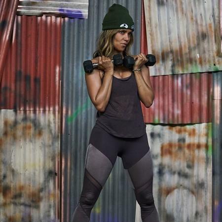 Los trucos de Halle Berry para entrenar con una toalla y dos taburetes y lucir abdominales de infarto a los 53 años