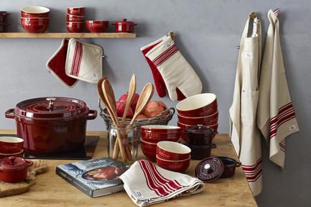 Elegante y con diseño atemporal, así es la línea de textiles para la cocina de Staub
