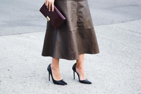 La falda midi es difícil sí, pero ¿y lo estilosa que resulta?