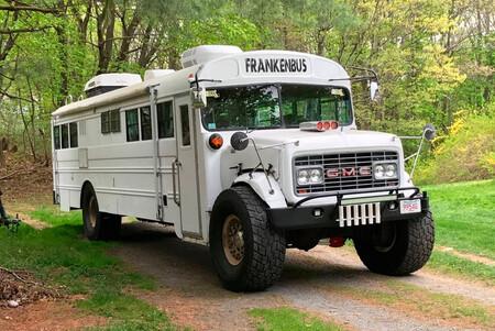 Este autobús escolar camperizado y todoterreno es una espaciosa casa con ruedas y se vende por menos de 9.000 euros