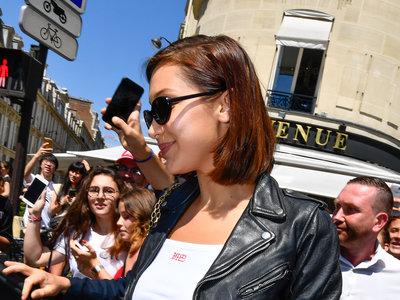 No, no es Gwen Stefani en sus días de No Doubt, es Bella Hadid por las calles de París
