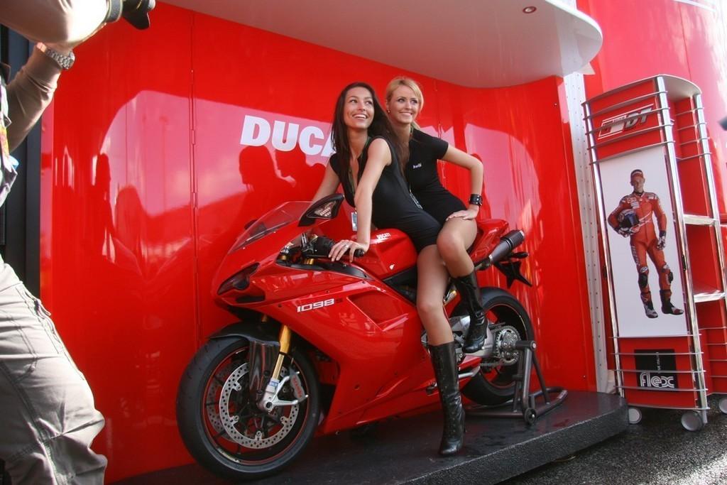 Foto de Las pit babes de Estoril en una Ducati 1098 (22/35)