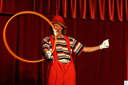 """El circo, precio de la entrada: Niños 1 euro, adultos """"la voluntad"""""""