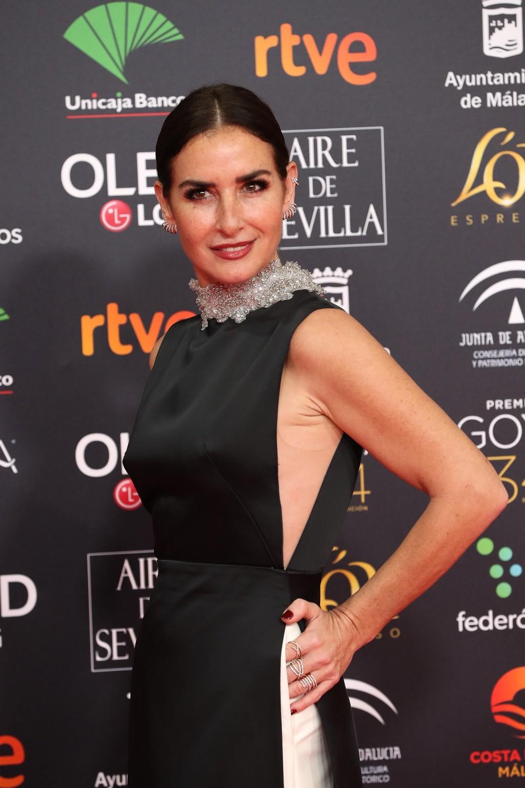 Belén López, un look en blanco y negro, con recogido bajo y un perfecto maquillaje de Dior, en la alfombra roja de los Premios Goya 2020 Dior