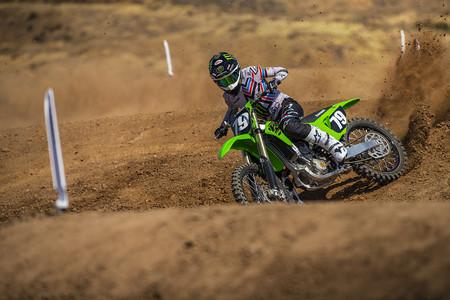 La nueva evolución de las Kawasaki KX250 y KX450 de motocross: embrague hidráulico mejorado y reajustes en el rendimiento