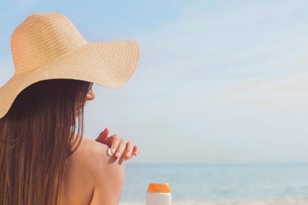 Cada vez que te pones crema solar te proteges del sol, pero también ayudas a provocar una catástrofe en el mar