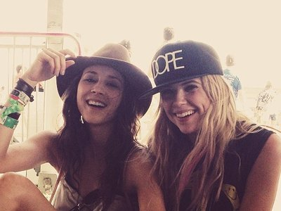Ashley Benson y Troian Bellisario se apuntan al rosa