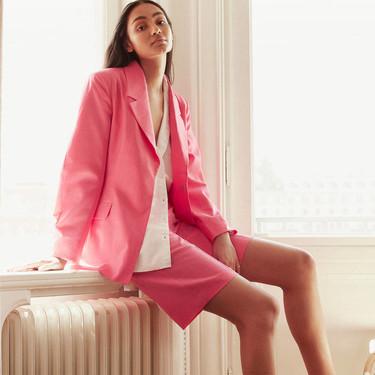 H&M demuestra que las piezas de fondo de armario pueden seguir las tendencias del momento (sin necesidad de que caduquen pronto)
